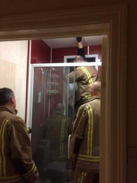 Foram necessários 15 minutos até que os bombeiros pudessem retirar a mulher que ficou entalada entre duas janelas de vidro durante encontro