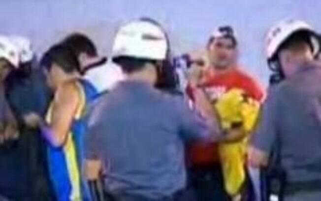 Policial filma os torcedores do Boca na  chegada ao Pacaembu