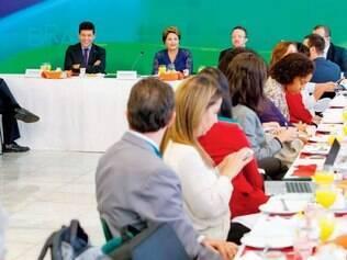 """Resposta. Em café da manhã com jornalistas no Palácio do Planalto, a presidente Dilma Rousseff criticou os ataques da oposição e afirmou que é preciso """"saber perder"""""""
