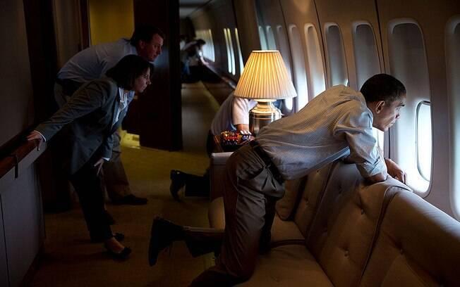 Obama e funcionários da Casa Branca olham através de janela do Air Force One para ver danos deixados por tornado em Moore, Oklahoma (26/5/2013)