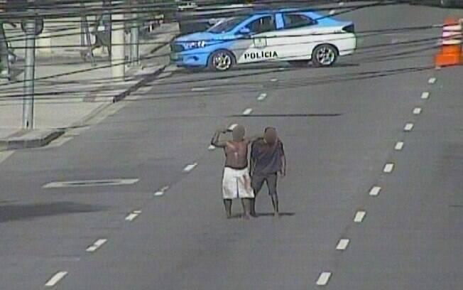 Refém foi mantido por assaltante por quase uma hora  em rua do centro do Rio