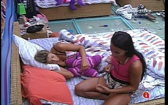 Kelly tenta se acertar com Fabiana