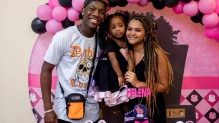 O jogador do Palmeiras Patrick de Paula ao lado da filha, de 3 anos, e da ex, Rayssa Lopes
