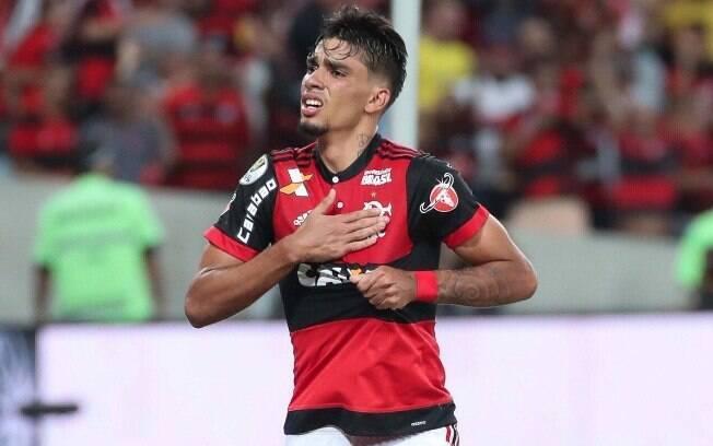 Lucas Paquetá comemora gol com a camisa do Flamengo