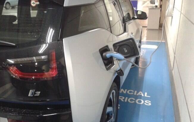 Este é um ponto de carregamento para carros elétricos, uma vaga exclusiva para esses veículos, no Shopping Morumbi
