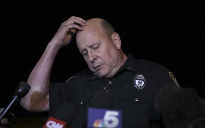 Porta-voz da polícia Joe Harn faz pausa enquanto fala com a imprensa sobre o tiroteio no Curtis Culwell Center, Texas (3/05)