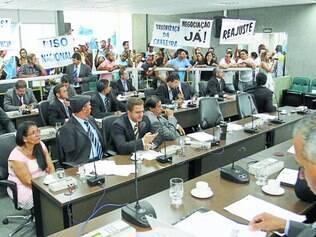 Vereadores rejeitam diminuição de supersalários e redução de cargos, mas enfrentam protesto de servidores por melhores salários