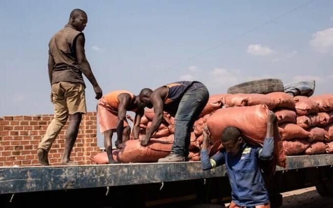 Trabalhadores carregam sacos de cobalto no mercado de Musompo, nos arredores de Kolwezi, no sul do Congo