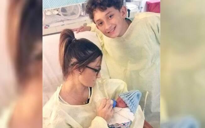 Com apenas dez anos de idade, garoto fez o parto da mãe e foi essencial para garantir que ela e o irmão sobrevivessem