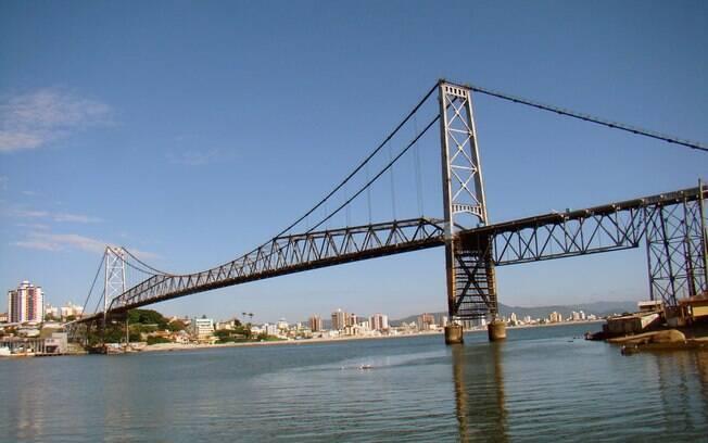 Uma das pontes famosas do Brasil é a Ponte Hercílio Luz, um ponto turístico clássico em Florianópolis (Santa Catarina)