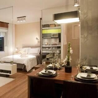 Até mesmo uma pequena mesa de jantar foi adaptada no projeto de 38 m²
