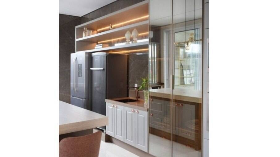 Mobília espelhada traz luminosidade e leveza para a cozinha