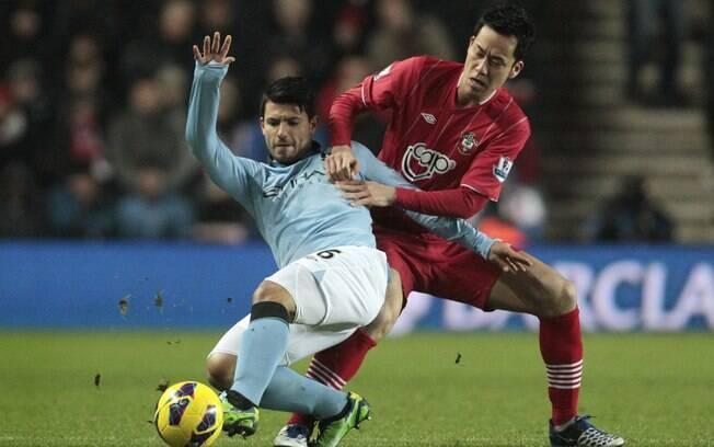 Sergio Aguero tenta manter domínio da bola  durante ataque do Manchester City