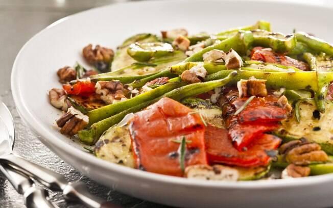 Foto da receita Pimentão, abobrinha e quiabo grelhados, com molho de pecãs e alecrim pronta.