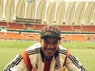 Entre os mais simpáticos da seleção alemã, Podolski sorri ao brincar que apenas apoiará equipe da arquibancada