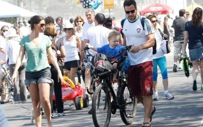 Carlos Bonow passeia com a mulher e o filho