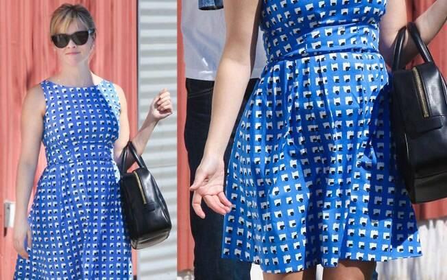 Reese Witherspoon durante passeio em Los Angeles e detalhe da barriguinha da atriz