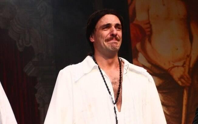 Rodrigo Lombardi se emociona ao agradecer a presença do público na estreia de