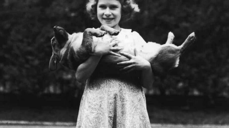 Elizabeth criança e seu cãozinho