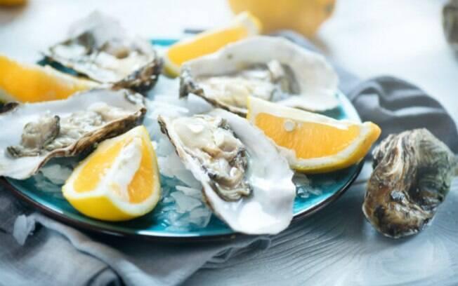 Alimentos afrodisíacos: o zinco presente nas ostras estimula a produção de testosterona