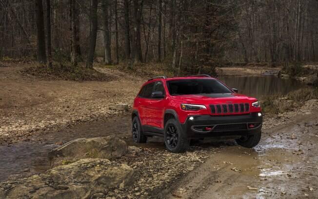 Jeep Cherokee renovado passa a ter frente de estilo um pouco mais convencional, com novos faróis com filetes de LED