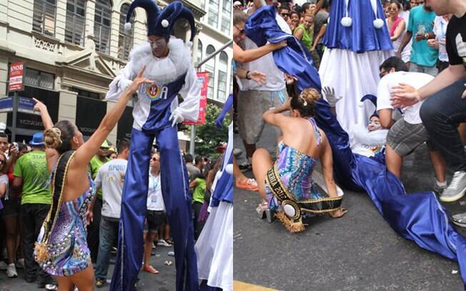 Lia Khey caiu durante o desfile do Bloco da Preta. Ela se enroscou em um artista com perna-de-pau