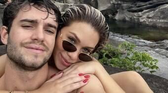Flávia Pavanelli assume romance e posa com o namorado