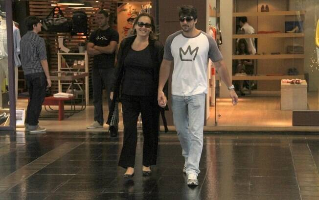 Cláudia Jimenez é flagrada com o namorado em shopping do Rio