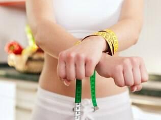 Evitar alimentos de forma sistemática e não querer participar das refeições em família são sintomas de alerta para transtornos alimentares