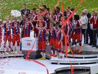 Jogadores do Bayern de Munique celebram conquista do título alemão