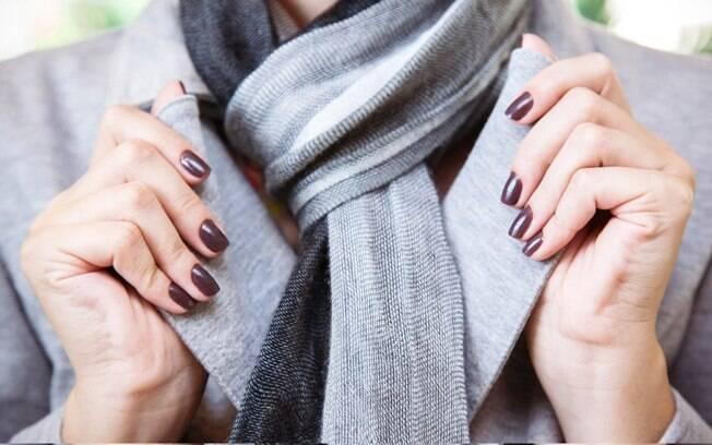 Abuse do esmalte marrom, ele está em alta para as unhas no outono-inverno