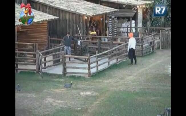 Gui Pádua orienta o sertanejo sobre os detalhes da limpeza no espaço da vaca