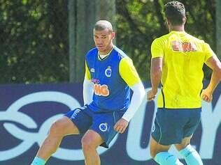 Na cola. Nilton (esq.) disse que o respeito por tudo que Alex Talento fez no Cruzeiro suscita muito cuidado com o meia do Coritiba