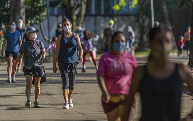 Movimentação de pessoas no parque do Ibirapuera em São Paulo