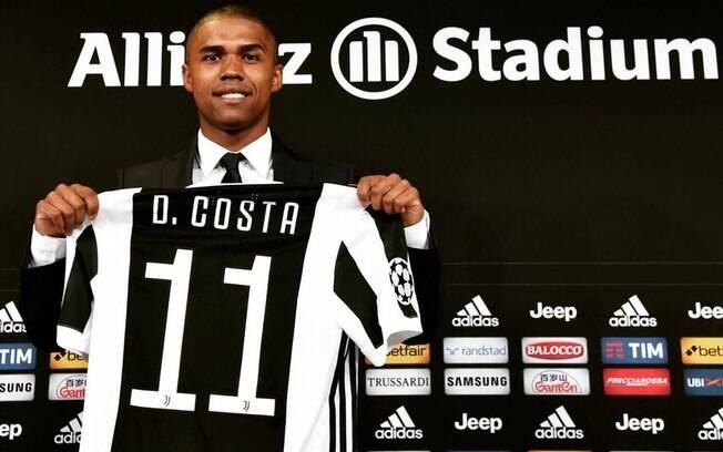 O brasileiro Douglas Costa foi oficialmente apresentado pela Juventus e ganhou a camisa 11