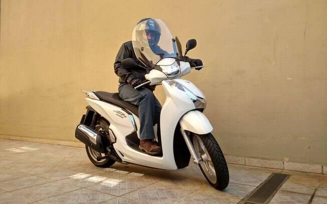 A visão através do para-brisa do scooter SH 300i é boa, quando o tempo está seco