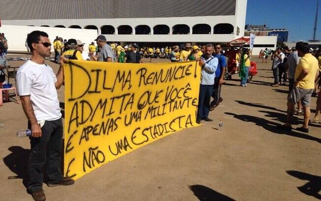Manifestantes pedem a renúncia de Dilma Rousseff em Brasília
