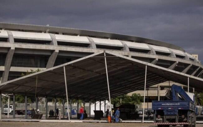 Montagem do hospital de campanha no estádio Célio de Barros, ao lado do Maracanã
