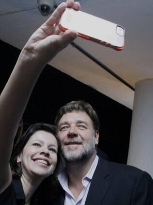 Russell Crowe atende fãs e esbanja simpatia no Rio