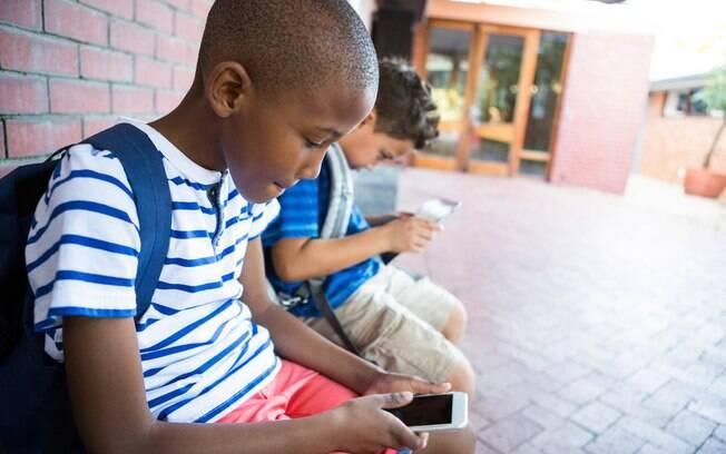 A decisão de dar um celular para uma criança deve levar diversos fatores em consideração