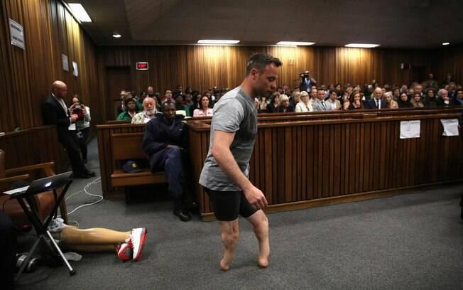Oscar Pistorius caminhou sem as próteses durante audiência
