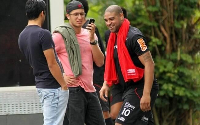 Adriano chega animado para participar do  treino do Flamengo nesta quarta-feira, no Ninho do  Urubu