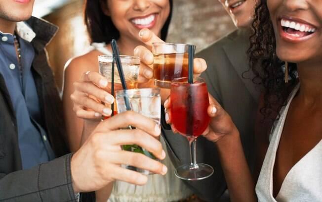 Se a sua ideia é procurar bares para consumir bebidas, tente comer algo antes de sair de casa