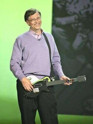 Bill Gates mostra o jogo Guitar Hero 3 para Xbox 360, na CES 2008. Executivo da Microsoft foi o principal palestrante da feira por vários anos