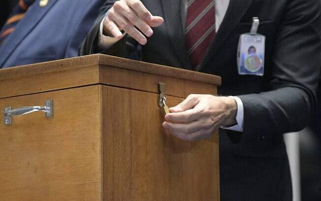 Votação com cédulas de papel e urna resultou em tentativa de fraude no Senado, no início do mês