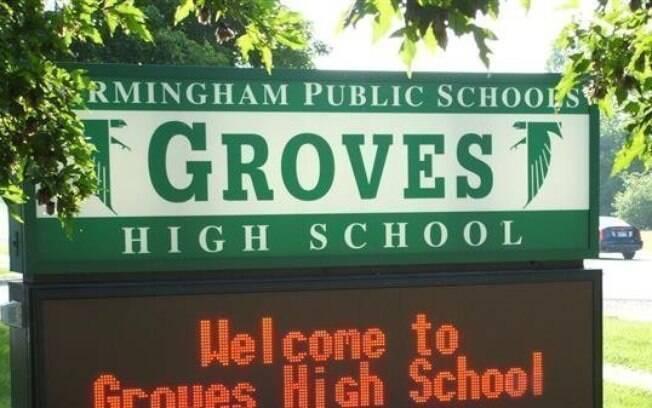 Groves High School, escola de Grace.