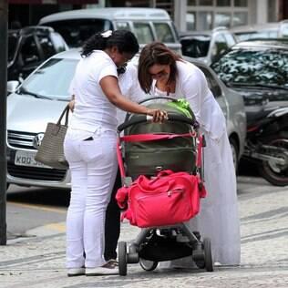 Guilhermina Guinle passeia no Rio com a filha pelas ruas do Rio