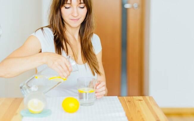 Beber água quente com limão em jejum é um dos mitos sobre como emagrecer, já que, como explica a nutricionista do Hospital 9 de Julho, não existe nenhuma comprovação científica sobre a eficácia dessa técnica muito compartilhada
