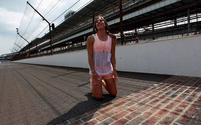 A atleta visitou o circuito de Indianápolis  durante etapa da Nascar