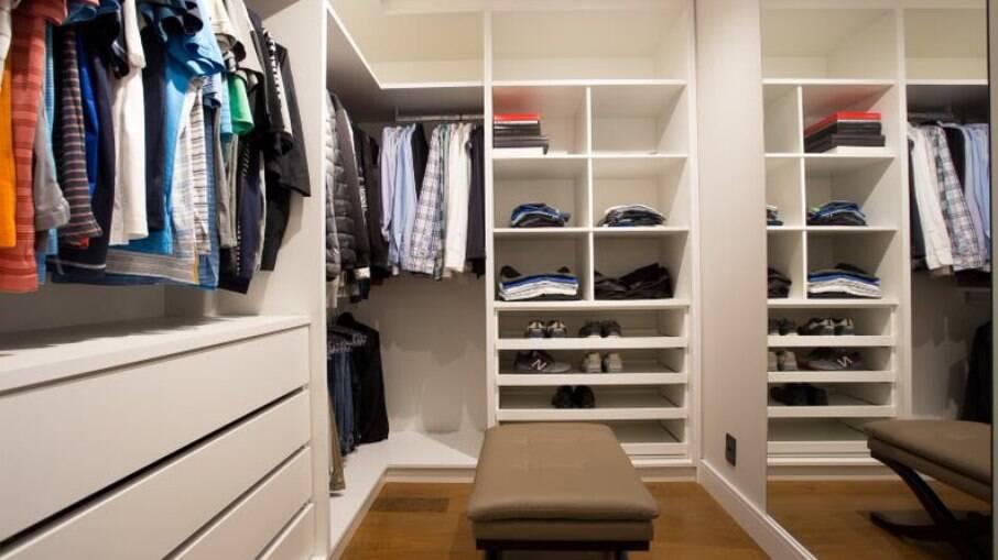 Neste closet,o destaque fica para os nichos e prateleiras, ideais para guardar roupas ou acessórios